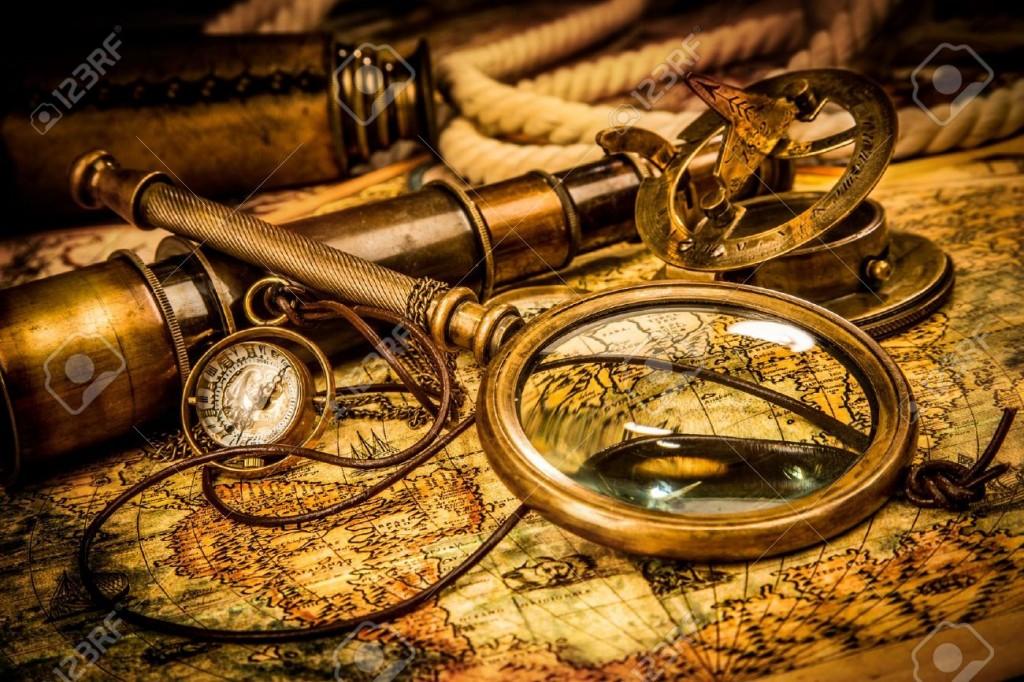 18963060-lente-di-ingrandimento-vintage-bussola-telescopio-e-un-orologio-da-tasca-che-giace-su-una-vecchia-ma